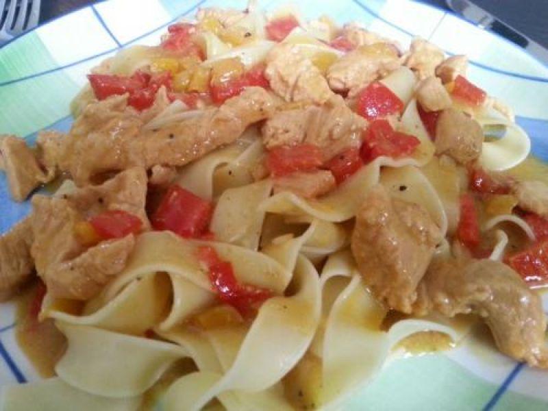 Breite Nudeln mit Paprika-Putensauce