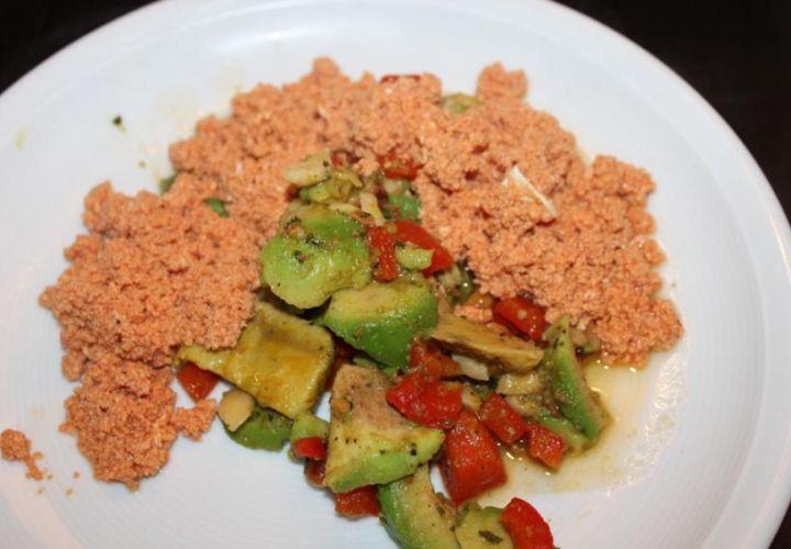 Tomatenrührei mit Avocado