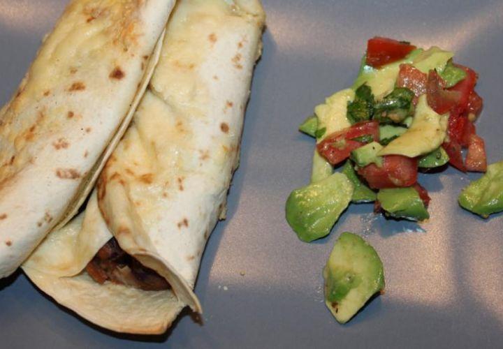 Quesadillas mit Bohnenmus und Avocadosalsa