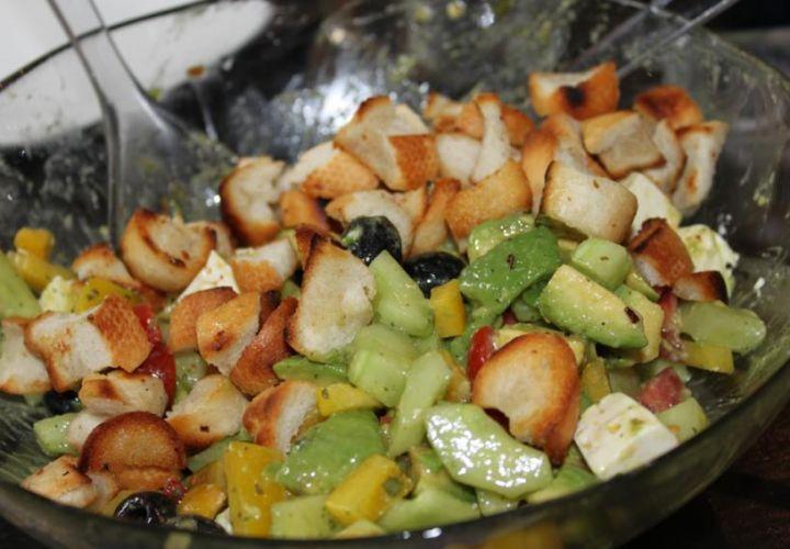 Griechischer Sommersalat mit Croutons