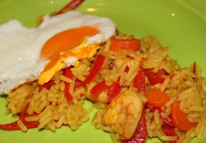 Reis mit Spiegeleiern und Shrimps
