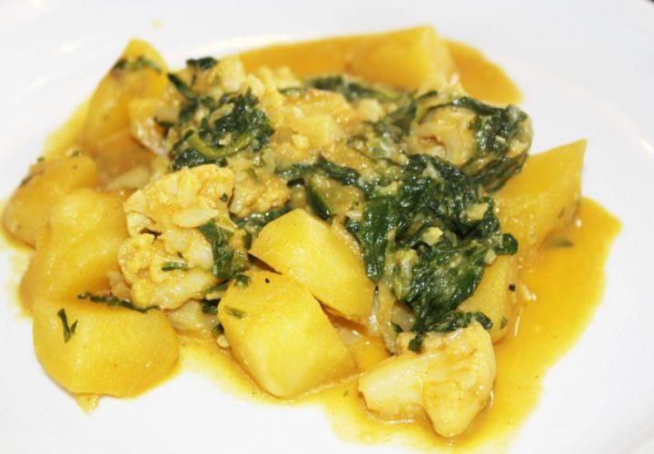 Blumenkohlcurry mit Spinat und Kartoffeln