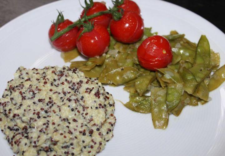 Quinoa mit Zuckerschoten und Tomaten